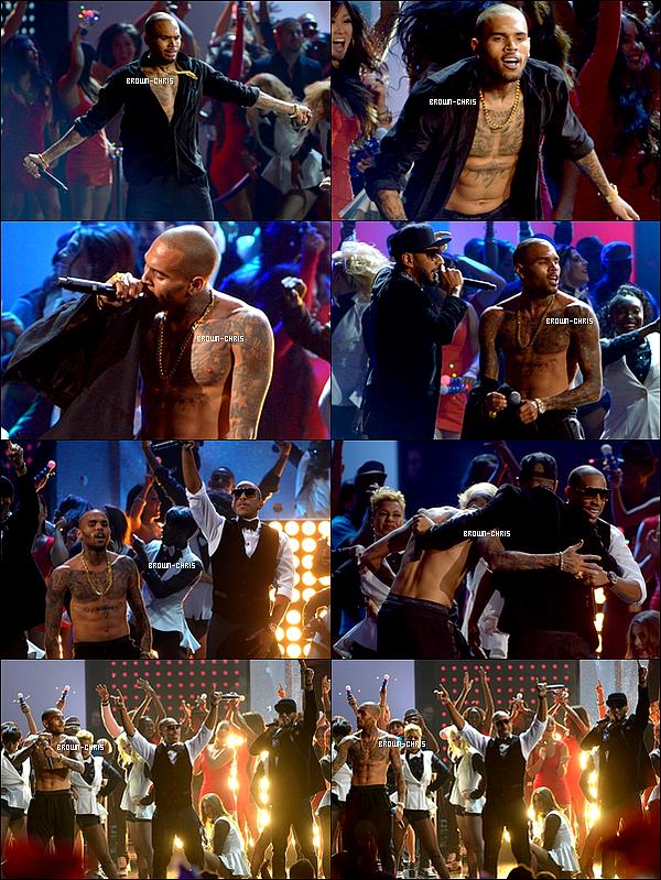 - 18 NOV. : Chris était présent à la cérémonie des American Music Awards. (Los Angeles)  TOP/FLOP?  -