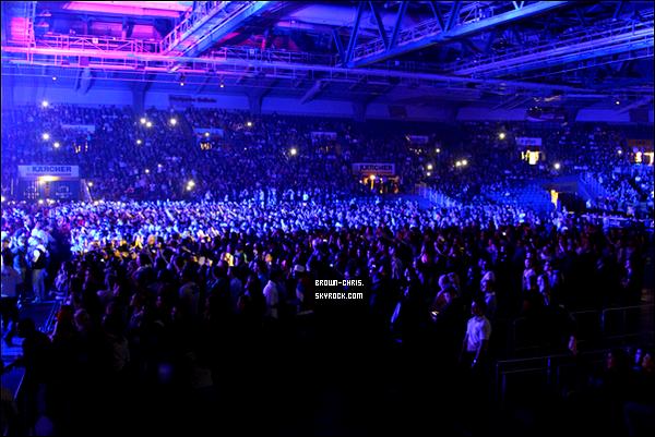 - 22 NOV. : Chris était au O2 World à Berlin pour l'un des concerts de sa tournée. (Allemagne)  -