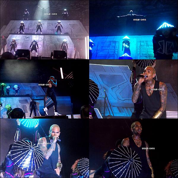 - 15 DEC. : Chris était au Coca Cola Dome  à Johannesburg pour l'un des concerts de sa tournée. (Afrique du Sud)  -