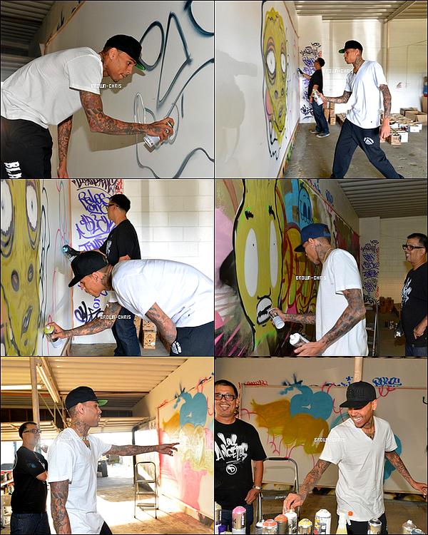 . 15 MARS. : Chris et le graffeur Slik réalisant un graffiti afin de récolter des fonds pour l'association d'Elton John, qui llutte contre le SIDA. (Los Angeles)TOP/FLOP ? -