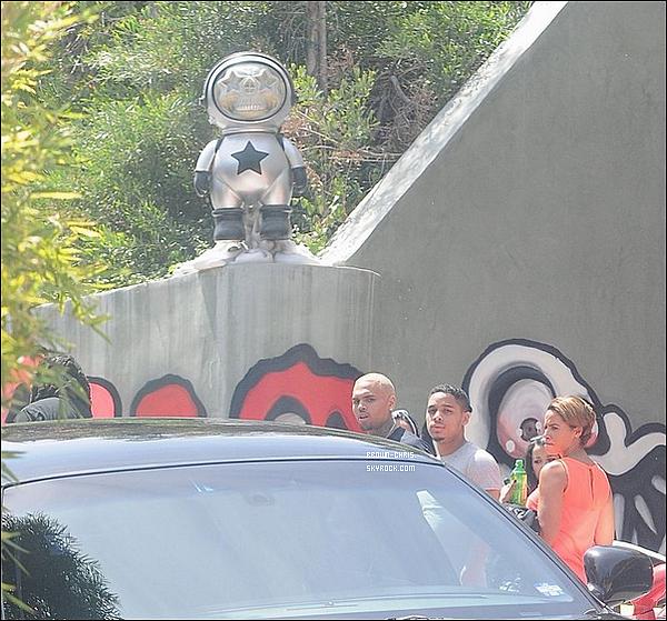 . 03 MAI. : Chris a été aperçu non loin de sa maison ! (Los Angeles)TOP/FLOP ? -
