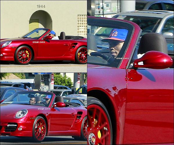 . 27 JUIN. : Chris a été aperçu au volant de sa Porsche avec l'un de ses amis. (Los Angeles) -
