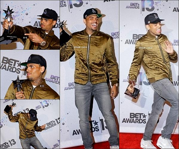 . 30 JUIN. : Chris posant sur le red carpet des BET Awards en compagnie de son amie et chanteuse Sevyn. (L.A.) -