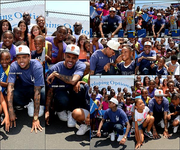 """. 06 JUIL. : Dans le cadre de l'évènement """"WE US: Walk Everywhere in Unity's Shoes"""" sponsorisé par Reebok, Chris a offert plusieurs paires de baskets de cette marque à des enfants de Crenshaw High School. (Los Angeles)  -"""