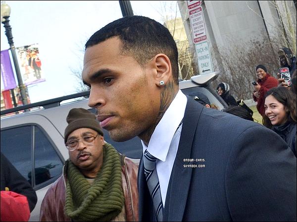 . 8 JAN. : Chris a été aperçu quittant l'audience à laquelle il était convoqué concernant l'altercation qui avait eu lieu il y a quelques mois à Washington. (Washington, D.C.)  -