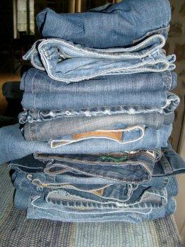 On ressort ses anciens jeans pour les recycler.