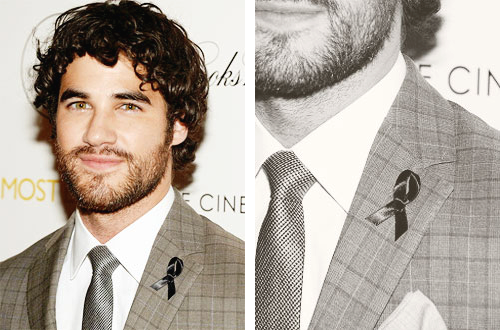 """Darren s'est rendu à une projection de """"Imogene"""" hier, où il portait un ruban pour Cory."""