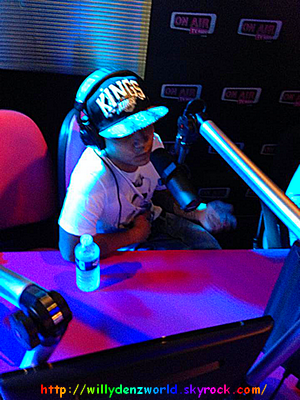 "Willy Denzey interprétrant ""Papa"" sur ""On Air Radio"" dans l'émission ""Tout Le Monde Va Prendre"" le 5 Novembre 2013"