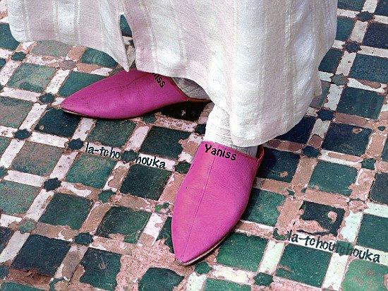 > La babouche du persan بابوش est une chaussure en cuir traditionnelle provenant du monde arabo-musulman. Ma paire de babouche pointue rose et magique.