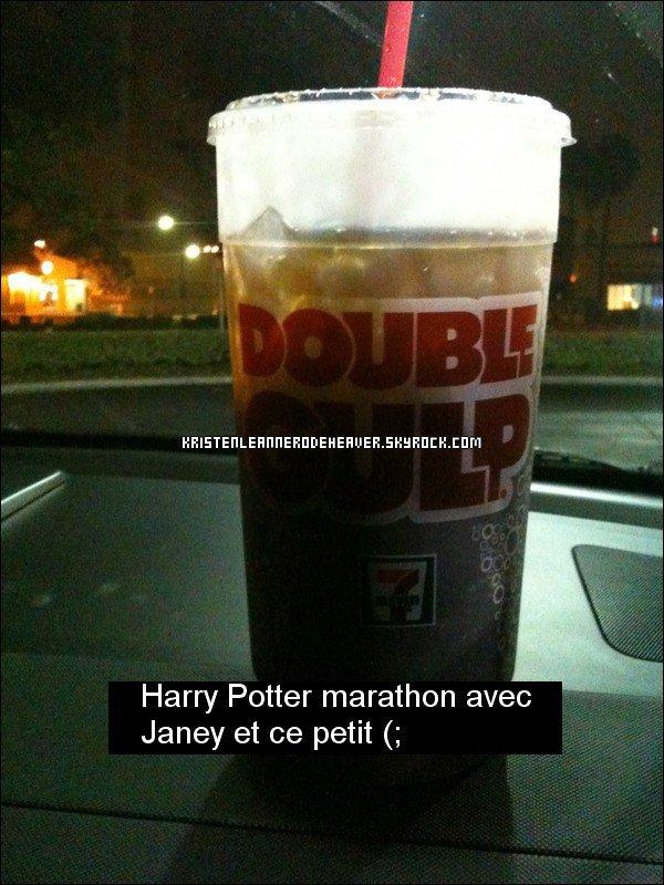 """. .  Nouvelle photo twitter de Kristen :D Moi j'trouve que y'a pas trop de rapport avec Harry Potter et le """" Double Gulp"""" mais bon... ça devait être un délire j'pense ;D Vous en pensez quoi vous ? Votre avis m'intéresse :P . ."""