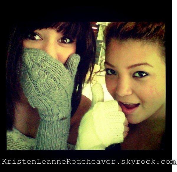 """. .  Kristen a encore ajouté de nouvellezs photos via twitter (: J'aime ! Je trouve qu'elles sont magnifiques (: Donnez moi vos avis (; ( P.S. : j'ai mis les news sur un même article car je trouve que ca ne servait à rien d'en refaire un autre. ) . .  Kristen a ajouté une nouvelle photo, via twitter. (:  La photo est accompagnée de ce tweet : """" Me and @JazzyMejiaOnly :) """"J'aime ! :D Elle est superbe, comme toujours (: . ."""