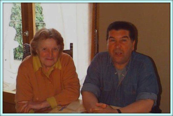 Visite d'un ancien élève de LAMTAR à son institutrice en 2000