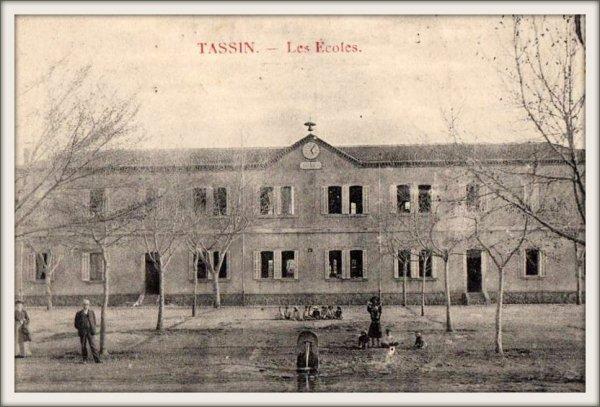 TASSIN : Vieille carte postale animée