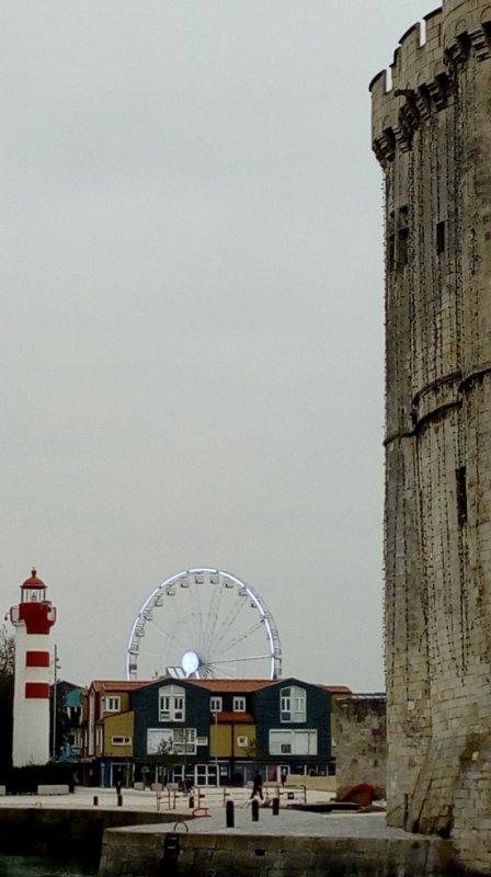La grande roue entre tour et phare. La Rochelle 06/01/2019)