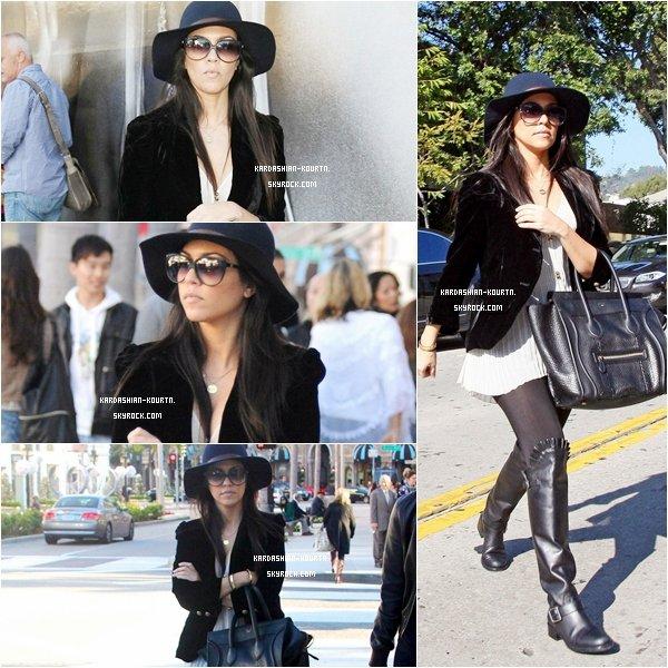 . 20 décembre 2011 : Notre belle Kourtney à été vue chez Christian Louboutin à West Hollywood pour ces achats de Noel . Sa tenue est magnifique , j'aime beaucoup son chemisier et son sac ( Céline ) , elle est sublime . C'est un gros TOP .