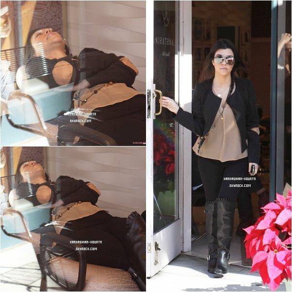 . 21 décembre 2011 : Kourtney et son fils Mason faisant du shopping dans le magasin Barney's . Sa tenue est très jolie sauf ces bottes . Coté coiffure la tresse sur le côté lui vas très bien .  J'aime beaucoup la tenue de Mason . Je suis Fan de ces petites  chaussures a franges .  .