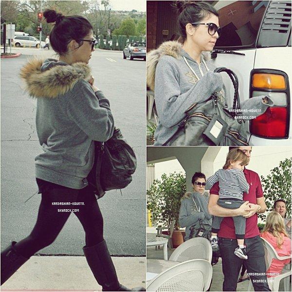 . 14 janvier 2012 : Kourtney , Scott & Mason sont aller déjeuner avec à Calabasas , Los Angeles , Kourt portait un énorme sweat gris à fourrure avec un leegins noir et des bottes . C'est une tenue très décontractée mais belle . .