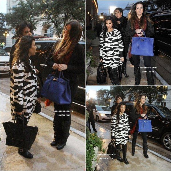 . 25 janvier 2012 : Kourtney et  Kim, ont fait une surprise à leur soeur, Khloé , en lui rendant visite à Dallas .  Elles sont donc allée mangé chez Nobu puis elles sont allée voir Lamar Odom ( le mari de Khloé )  .