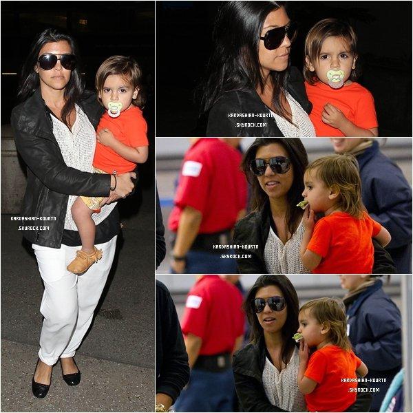. 23 janvier 2012 : Kourtney , Scott & le petit Mason ont étaient vue à l'aéroport de Los Angeles .Ils n'ont pas prix de vol . .