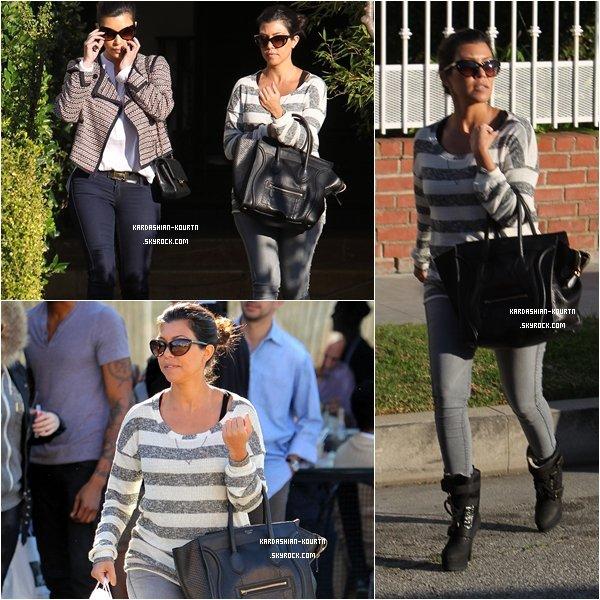 . 27 janvier 2012 : Kourtney  de retour car elle est allée déjeuner avec sa soeur Kim à Los Angeles puis plus tard dans la journée elle à été vue arrivant à la fête d'un ami avec un cadeau à la main . Kourtney enchaîne les TOPS en ce moment , j'adore sa tenue , ces bottes sont magnifique , elles s'accordent parfaitement avec sa tenue ! TOP .