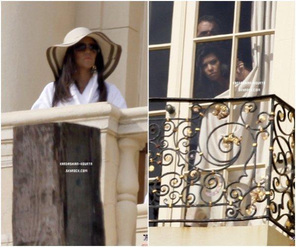 . 30 janvier 2012 : Les soeurs Kardashian était en plein photoshoot . On peut voir Kourtney se cachant sous ses lunettes de soleil et son chapeau .  .
