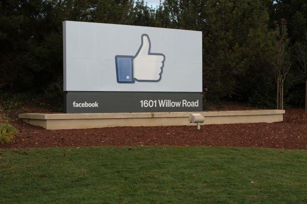 Facebook peut lire vos SMS depuis juin 2011