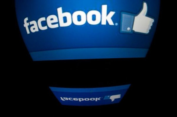 """Facebook teste un bouton """"acheter"""" intégré à ses publicités"""