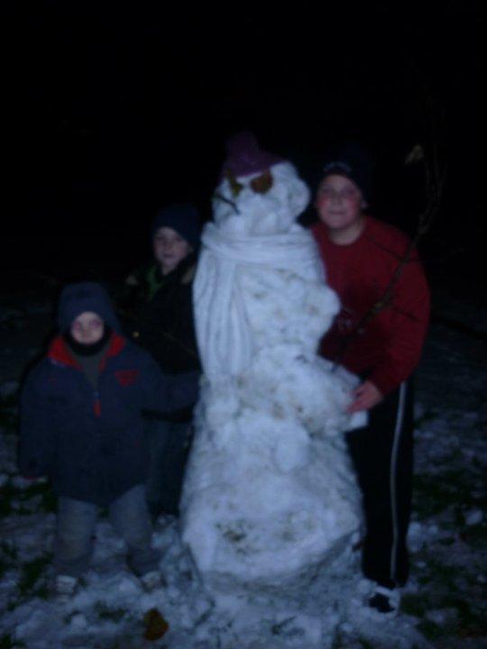 bonhomme de neige avec mon fils et ses cousins le soir !!!!!!!!