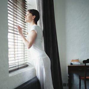 la femme qui regardait par la fenetre houneida. Black Bedroom Furniture Sets. Home Design Ideas