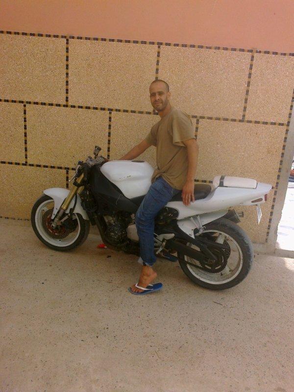 devant ma maison moto de mon ami