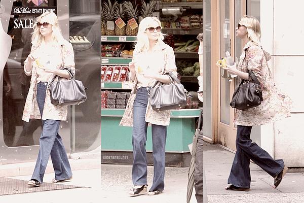 15.O8.2O11; Kirsten a été aperçue se promenant dans les rues de New York, comme à son habitude :)La tenue aurait pu être superbe, vraiment. Mais la veste et les chaussures gachent tout