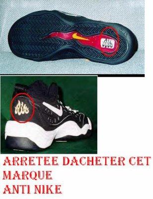 le mot Allah en caractères arabes sur les chaussure Nike pk