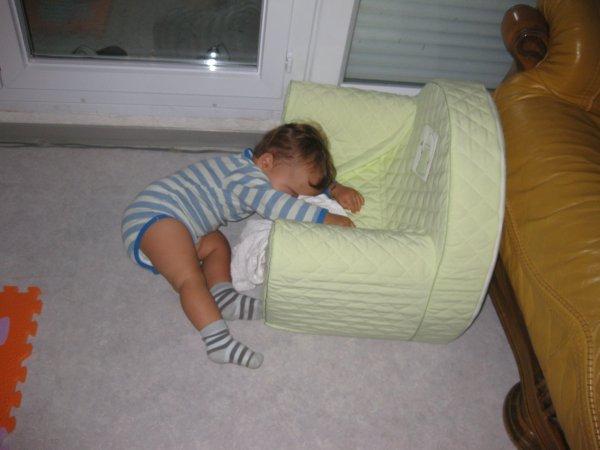 notre fils avec son petit fauteuil  il adore son fauteuil