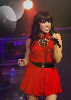26/12/12 : Look de Carly Rae Jepsen : Canon pour un concert dans sa ville natale !
