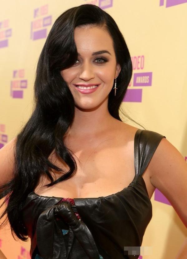28/12/12 : Katy Perry : Au naturel ou en diva de la pop, comment la préférez-vous ?