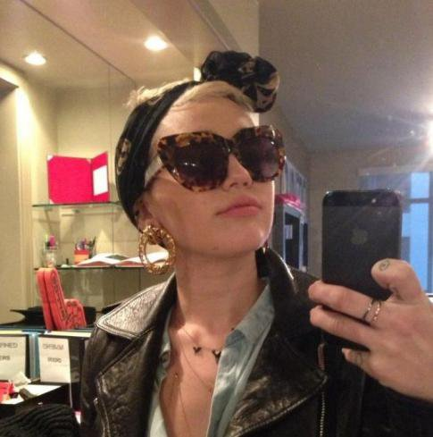 31/12/12 : Miley Cyrus : Trop canon, elle se prend en photo devant le miroir !