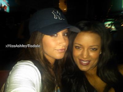 7 août : Ashley a posté une nouvelle photo sur son twitter & Quelques photos d'une scéne d'Hellcats.
