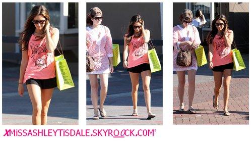 Le o9 Octobre : Ashley et son amie Casey Weiant à Malibu faisant du shopping.