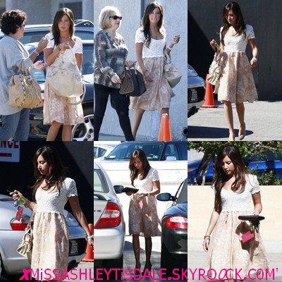 1o Octobre : Ashley sort déjeuner avec sa famille, à Burbank .