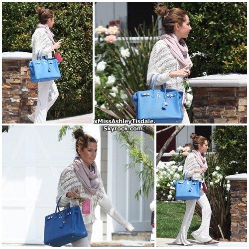 21 Avril 2011 ◇ Ashley Tisdale sortant de la maison de ses parents à Toluca Lake.