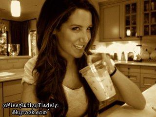 4 Juin 2011 ◇ Ashey a poster une nouvelle photo sur son compte twitter.