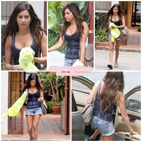 21 Juin 2011 ◇ Ashley était chez des amis dans Studio City.
