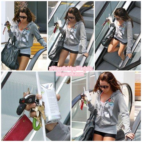15 Juin 2011 ◇ Ashley a été vu sortant de l'Equinox Gym de West Hollywood.