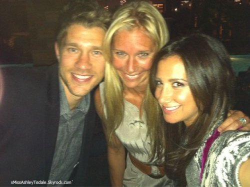 23 Juin 2011 ◇ Ashley, Scott et sa soeur Julie sortaient du restaurant Katsuya à Hollywood.
