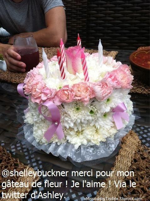 02 Juillet 2011 ◇ Ashley fêtait ses 26 bougies sur une plage de Malibu entourée de ses amis et de Zac Efron ( Partie 2 )