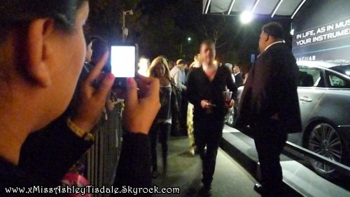 5 Août 2011 ◇  Ashley au Hollywood Bowl pour la représentation de la comédie Hairspray. Puis elle prend le temps de prendre quelques photos avec ses fans.