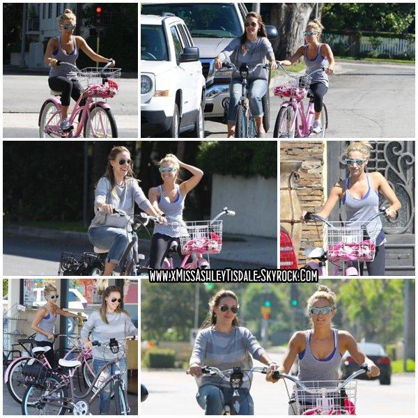 14 Août 2011 ◇ Ashley faisait du vélo au alentour de son quartier de Toluca Lake avec sa voisine et amie Haylie Duff.