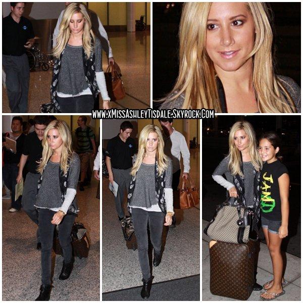 21 Août 2011 ◇ Ashley arrivait à l'aéroport de Toronto, elle était accompagnée par son agent Bill Perlman. Ashley se trouve dans la ville canadienne afin de faire la promotion de Hollywood Era.