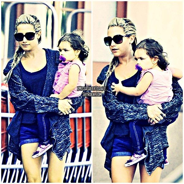 """16 Septembre 2011 ◇ Ashley était à l'épicerie """"Trader's Joe"""" avec sa nièce Mikayla et sa mère à Toluca Lake."""