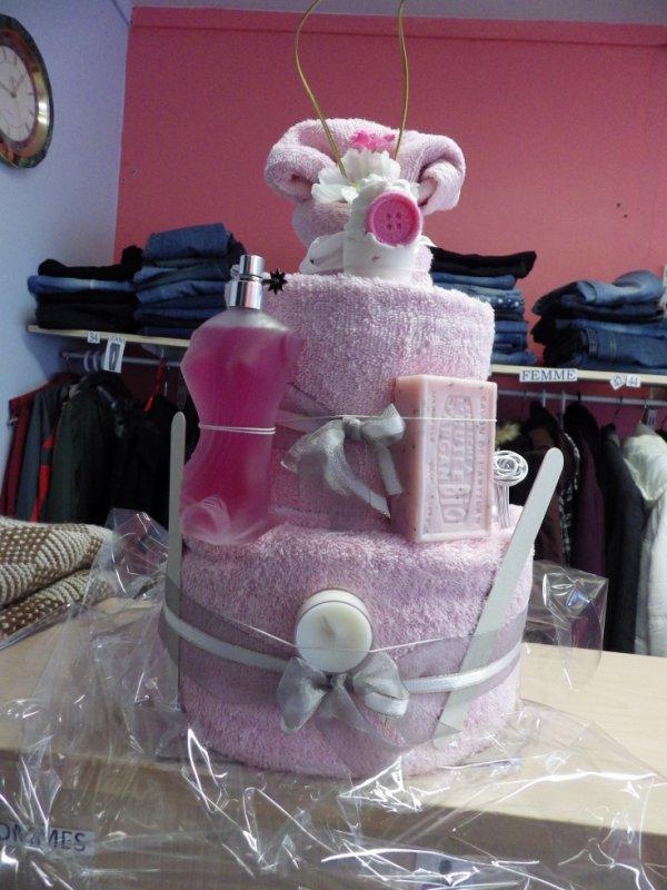 une commande pour un anniversaire un gateau de serviette rose pale et blanc